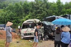 Xe khách đấu đầu xe tải trên QL32 ở Phú Thọ, 6 người bị thương