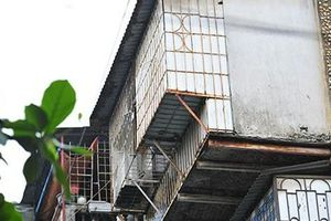 Bất an với những 'siêu chuồng cọp' lơ lửng trên các chung cư cũ ở Thủ đô