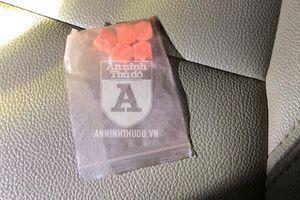 Thả gói ma túy vào khe ghế taxi, gã trai quanh co đổ lỗi bất thành