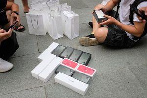 Bát nháo sang tay iPhone 11 trước cửa Apple Store
