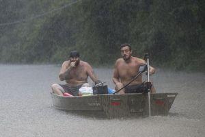 Dân Texas bơi thuyền giữa đường do bão Imelda đổ bộ gây ngập lụt