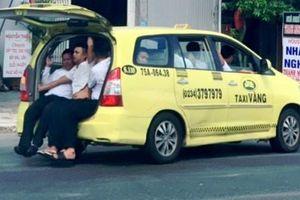 Taxi nhồi 11 người 'làm xiếc' trên quốc lộ 1