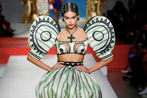 Người mẫu mặc đồ khung tranh, khoét ngực táo bạo trong show Moschino
