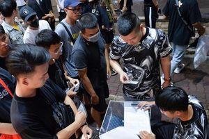 Giới trẻ Hà Nội ngủ qua đêm trên phố để túc trực mua giày Yeezy