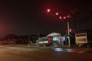Bắt 2 trong số 3 kẻ nghiện trốn khỏi 'xe tù' khi dừng đèn đỏ