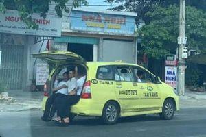 Taxi 7 chỗ bật cốp nhét 11 người 'làm xiếc' trên quốc lộ 1A