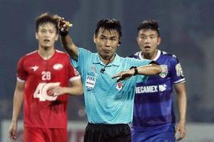 Cú 'bẻ còi' khó tin của trọng tài FIFA Trương Hồng Vũ gây bức xúc