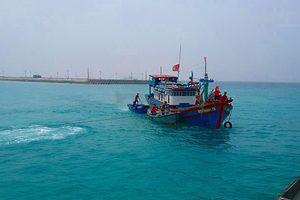 Đưa tàu cá và 10 ngư dân an toàn vào đảo Sinh Tồn