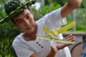 Kiếm tiền triệu mỗi ngày từ nghề đan lá dừa