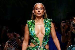 Jennifer Lopez mặc váy xẻ sâu tới bụng trên sân khấu