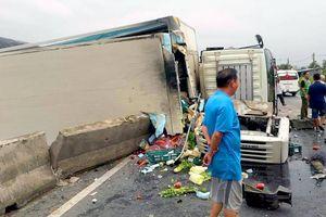 Xe tải nổ lốp tông sập dải phân cách quốc lộ 1