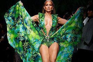 Jennifer Lopez hở 'tứ bề' trên sàn catwalk