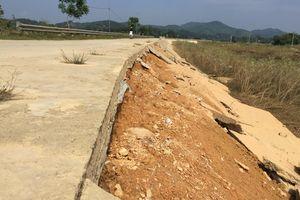 Bờ kè đường vượt lũ ở Hà Tĩnh bị sạt lở nghiêm trọng