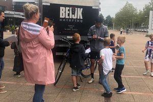 Đoàn Văn Hậu được fan Heerenveen 'bao vây' xin chữ ký ở Hà Lan