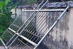 Hà Tĩnh: Đang chơi trước cổng nhà, bé trai 3 tuổi bị cửa sắt đè tử vong