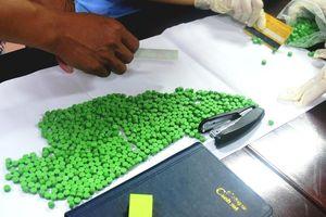 Đôi nam nữ đi tàu hỏa xách theo 30.000 viên ma túy