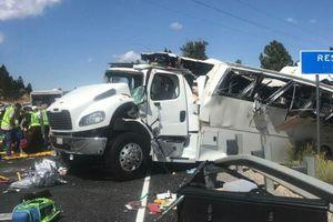 Mỹ: Xe chở khách du lịch bị lật, hơn 30 người thương vong