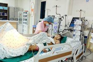 20 y bác sĩ 'chạy đua' suốt 6 giờ cứu bé gái bị container tông nguy kịch