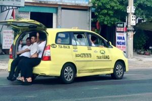 Thò chân xuống đường, 11 người trên taxi mở cốp ở Huế đều là tài xế