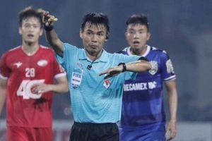 Trọng tài V-League lại mắc sai lầm khó đỡ