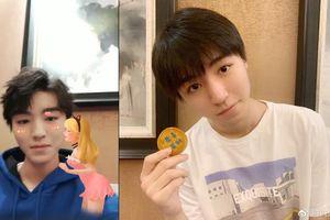 Vương Tuấn Khải xấu hổ cầu cứu người hâm mộ vì hiệu ứng sticker trong livestream của mình