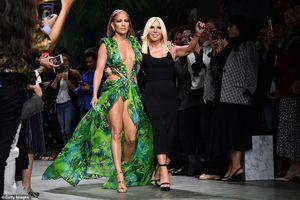 Ở tuổi 50, Jennifer Lopez tự tin mặc đầm gợi cảm trình diễn thời trang