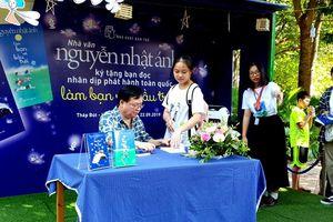 Hàng nghìn độc giả Thủ đô chen chân, xếp hàng xin chữ ký nhà văn Nguyễn Nhật Ánh