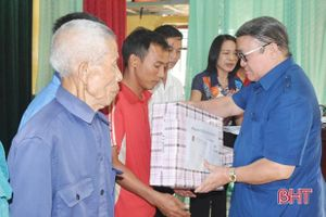Chủ tịch Hội Nông dân Việt Nam trao quà người dân vùng lũ Hà Tĩnh, Quảng Bình