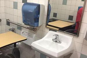 Nhà trường để bàn học sinh tự kỷ vào phòng vệ sinh