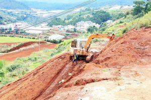 Dùng xe cơ giới san ủi, phân lô đất nông nghiệp trái phép tại Đà Lạt