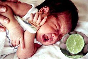 Mẹ trẻ khoe vắt chanh vào miệng con để chữa hạ sốt