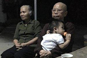 Nam Định: Bé trai 1 tuổi bị bỏ rơi trước cổng chùa kèm theo mẩu giấy 'nhờ nuôi cháu đến hết đời'