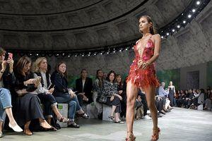 Siêu mẫu Irina Shayk thần thái sang chảnh, nóng bỏng trên sàn catwalk