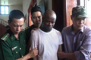Hai người Nigeria vận chuyển gần 15 kg ma túy đá
