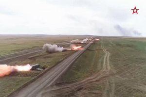 Dàn pháo tự hành Nga nã mưa rocket 1.000 độ C vào mục tiêu