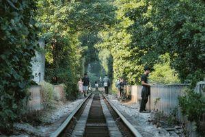 Đường tàu rợp bóng cây giữa lòng Hà Nội hút giới trẻ
