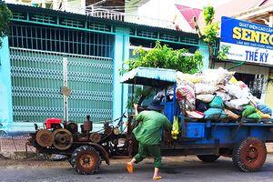 Xe cày hối hả chở rác 'giải cứu' thị trấn cao nguyên