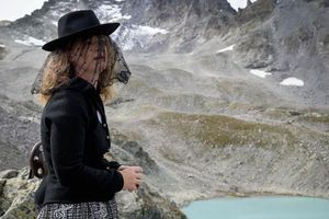 Hàng trăm người tổ chức 'tang lễ' ở độ cao 2.600 mét tiễn đưa dòng sông băng đã chết trong nước mắt