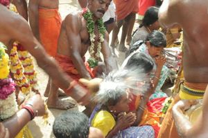 Đập vỡ trái dừa bằng đầu, hành động cầu may ở Ấn Độ