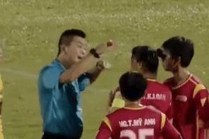 Trọng tài bị phản ứng khi thổi phạt ở giải vô địch quốc gia nữ