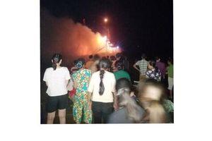 Trắng đêm tìm kiếm nạn nhân mất tích trên biển trong vụ nổ tàu cá ở Thanh Hóa