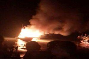 Tàu đánh cá đang neo đậu bất ngờ phát nổ trong đêm khiến 10 người tử vong, mất tích và bị thương