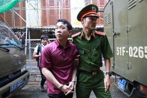 Xét xử vụ Pharma: Bị cáo Nguyễn Minh Hùng xanh xao tới tòa