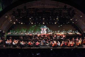 Dàn nhạc giao hưởng 101 nghệ sĩ biểu diễn 'Tiến quân ca' bên Hồ Gươm