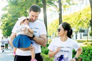 Con gái Lan Phương cực đáng yêu khi tham gia chạy bộ từ thiện với bố mẹ