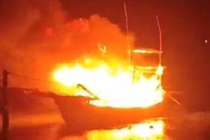 Sau tiếng nổ lớn tàu cá bốc cháy dữ dội khiến nhiều người thương vong