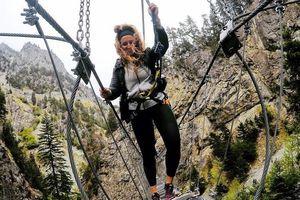 Khách vừa ngắm cảnh vừa run rẩy trên cầu treo xuyên núi ở Italy