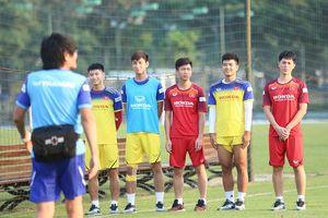 Thầy Park tất bật 'vừa xay lúa vừa bế em' gần 60 cầu thủ