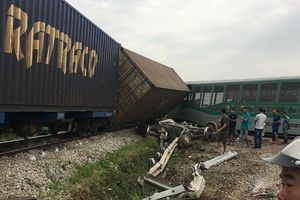 Nghệ An: Tông xe tải, 4 toa tàu bị lật, chắn ngang quốc lộ 1A