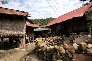 Người Mảng ở Lai Châu nghèo khổ vì đeo đẳng nhiều hủ tục